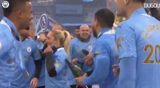 Imagem ilustrativa da notícia: Confira a festa do City com a taça da Premier League