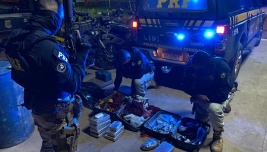 No total,10 kg de drogas foram encontradas escondidas nas bagagens.