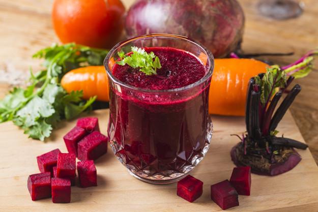 O consumo frequente do suco de beterraba diminui a probabilidade de doenças cardíacas como o infarto.