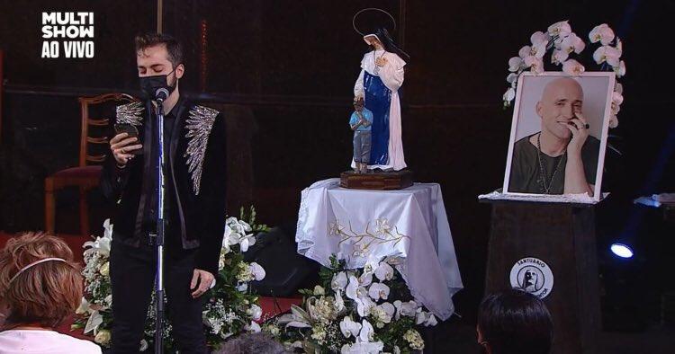 Thales, marido de Paulo, fala durante a missa