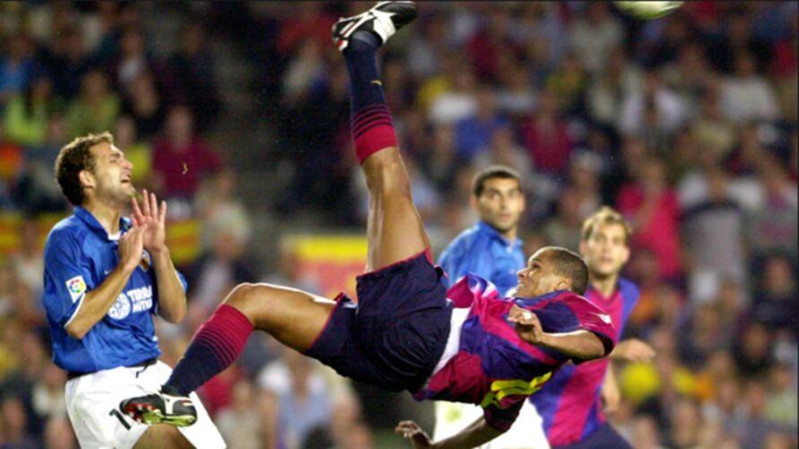 Rivaldo fazendo golaço contra o Valência.