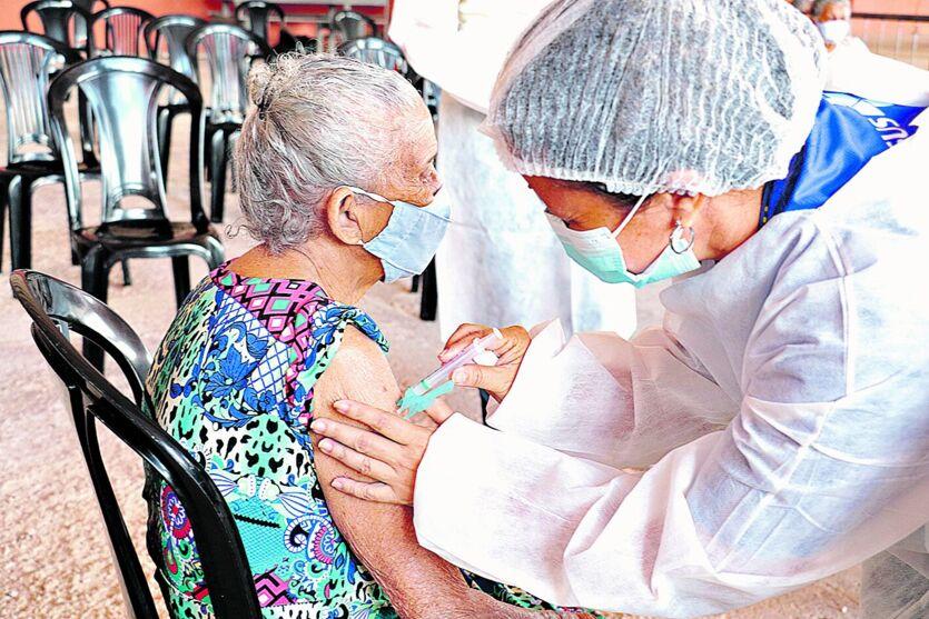 Vacinação seguem em grupos diferentes nos municípios