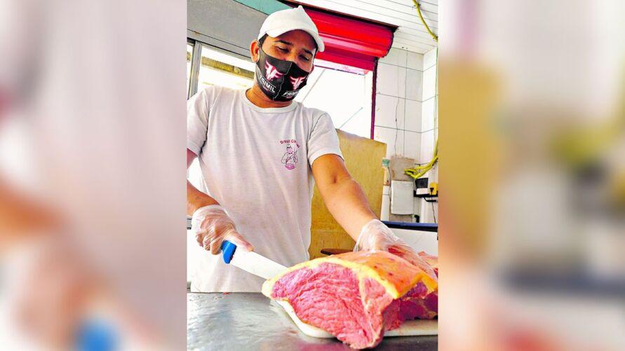 Gerente de um açougue, Adriano Drago também tem sentido os impactos expressivos no valor da carne