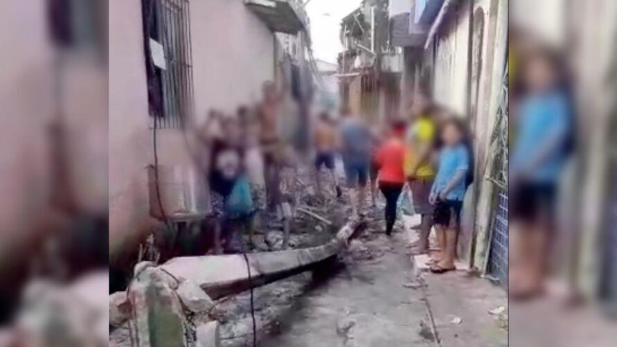 Imagem ilustrativa da notícia: Poste pega fogo e cai no meio de passagem em Belém