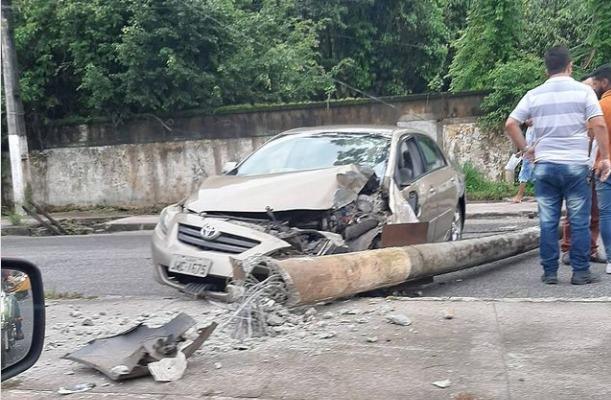 Imagem ilustrativa da notícia: Carro bate e derruba poste na Mário Covas