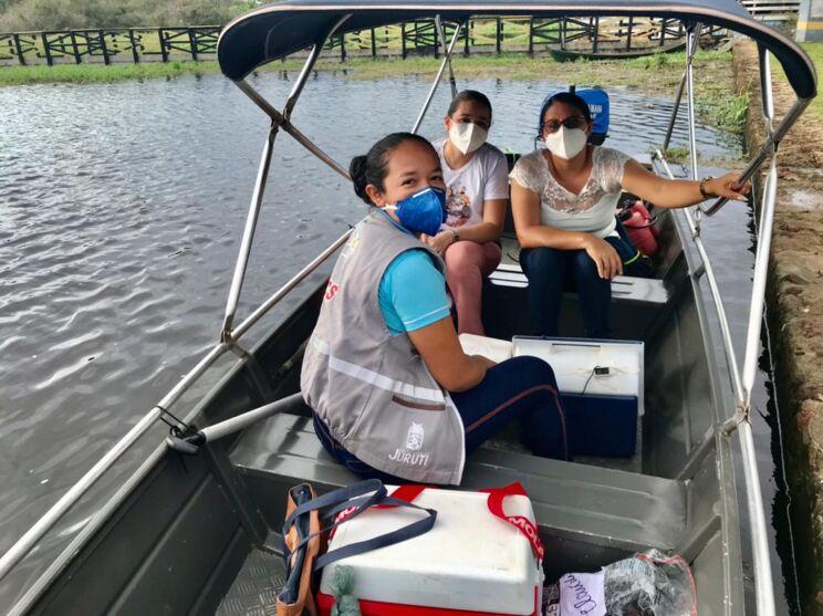 Agentes de saúde indo até as comunidades vacinar a população