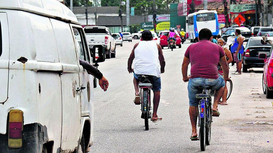 Na BR-316, é comum ver, diariamente, ciclistas se arriscado em meio aos pedestres e veículos