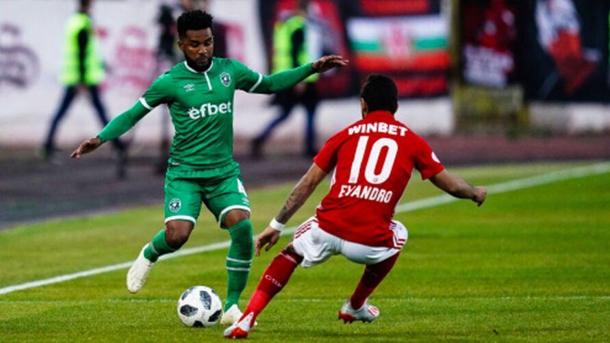 Cicinho (verde) em atuação pelo clube búlgaro