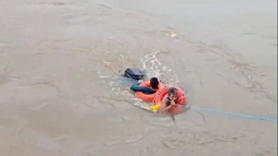 Imagem ilustrativa da notícia: Vídeo: Embarcação naufraga e professor é resgatado no Pará