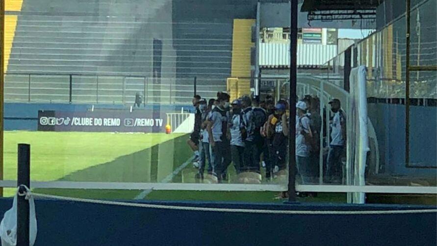 Grupo de torcedores se reúnem no estádio Baenão para cobrar más atuações do Clube do Remo.