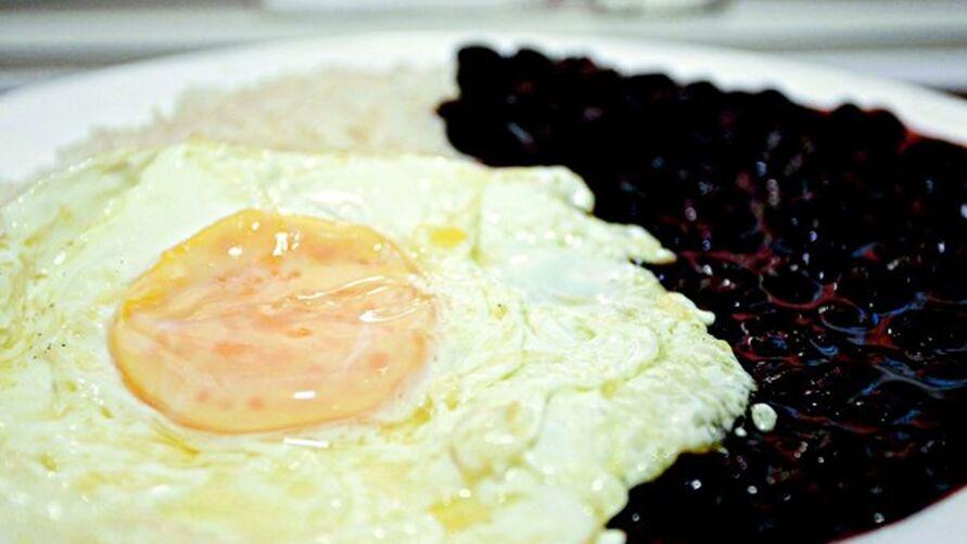 """Aquele prato tradicional, com ovo, feijão e arroz, pode ser """"perigoso"""", se requentado."""