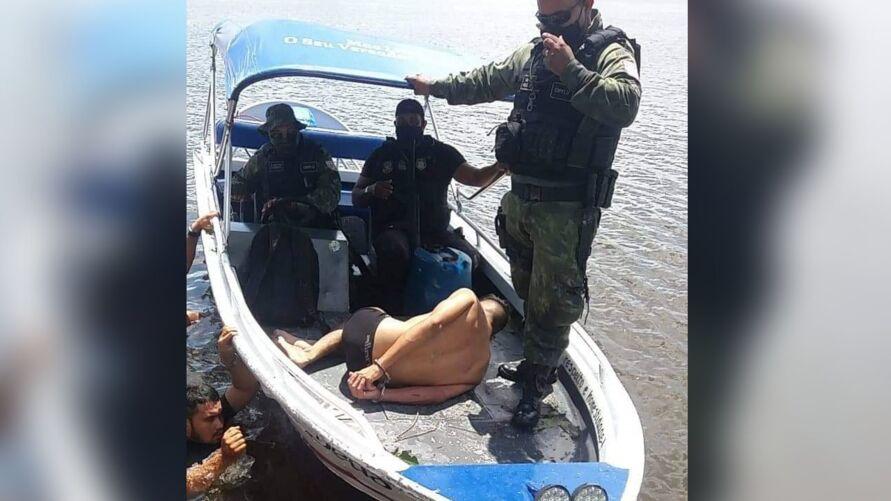 Renato Queiroz informou que duas lanchas pertencentes à embarcação assaltada foram levadas e afundadas