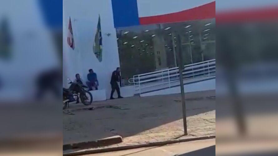 A Polícia Militar foi acionada e após negociações, o suspeito foi preso.