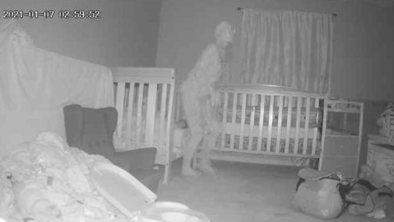 Imagem ilustrativa da notícia: Vídeo: câmera flagra presença bizarra perto berço de criança
