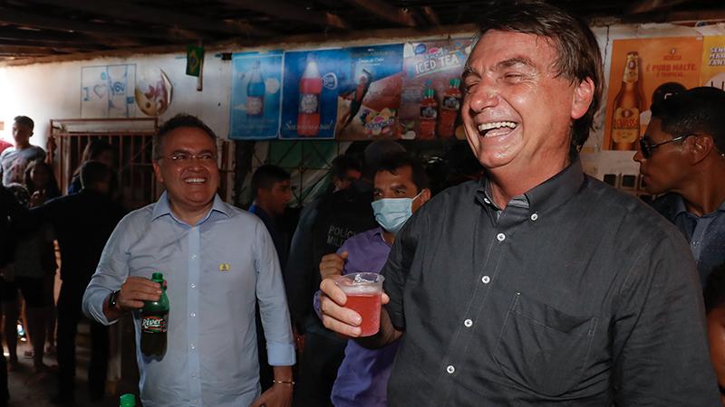 Bolsionaro tomando um refrigerante no Maranhão ano passado