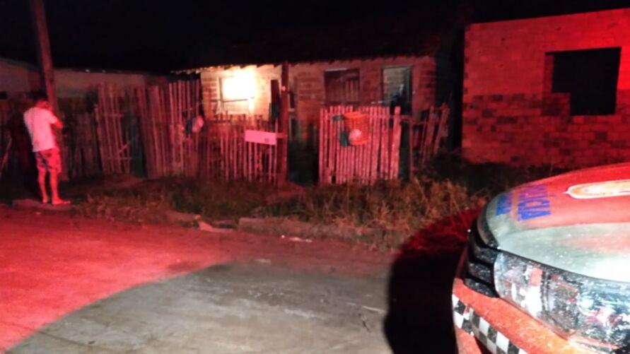 Bandidos invadiram a casa e deram saravaida de tiros na vítima.