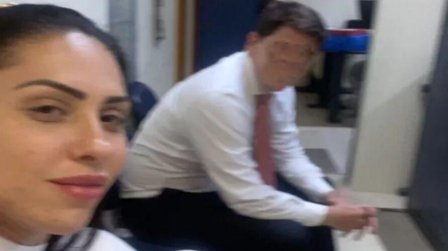 Monique em selfie na delegacia