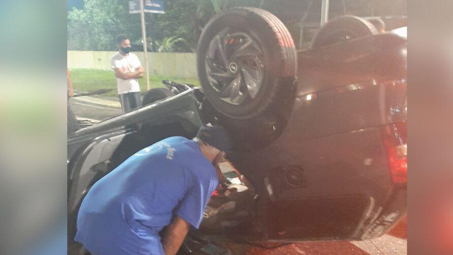 Carro capotou com a colisão