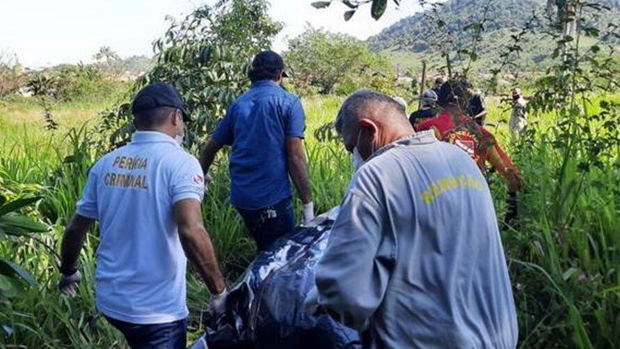 Mistério ronda corpo encontrado em Parauapebas, após vídeo de coração arrancado e fatiado por criminosos.