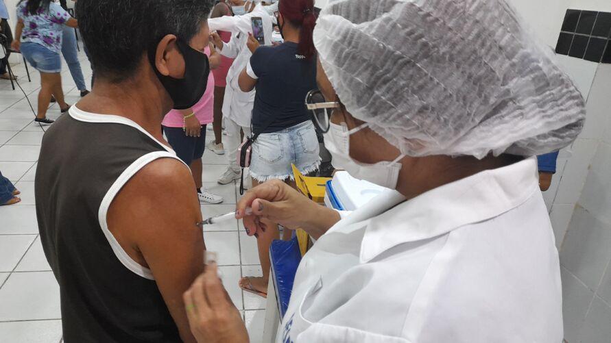 Todas as pessoas aptas a tomar a vacina devem se imunizar.