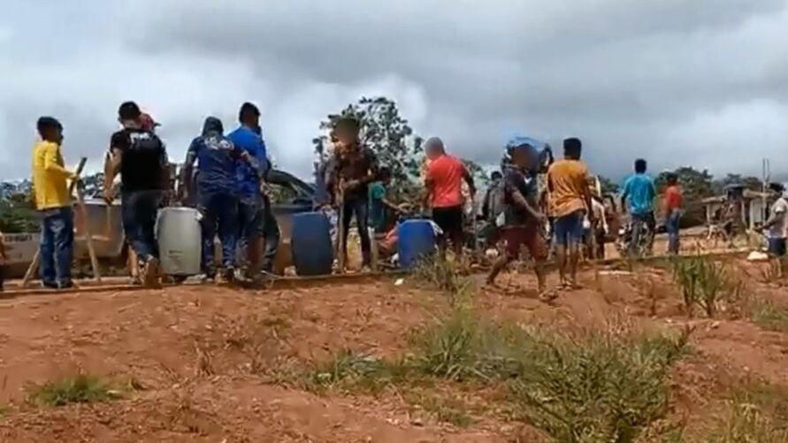 No final de maio desse ano,  um grupo pró-garimpo chegou a roubar mais de 830 litros de combustível e um motor de barco pertencentes à Associação das Mulheres Munduruku Wakoborũn.