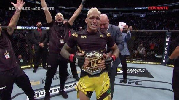Charles 'Do Bronx' com o cinturão de campeão