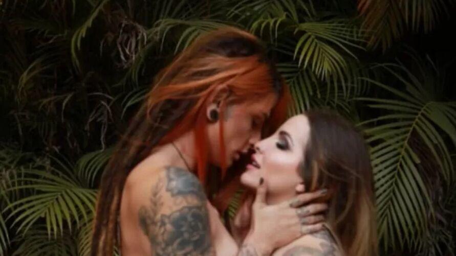 """A ex-BBB Clara Aguilar, do """"BBB 14"""" e a atriz pornô Vitória Schwarzelühr, mais conhecida como Dread Hot, protagonizaram um ensaio sensual explícito."""