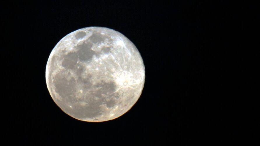 """Imagem ilustrativa da notícia: Saiba como ver o eclipse com """"superlua"""" nesta manhã"""