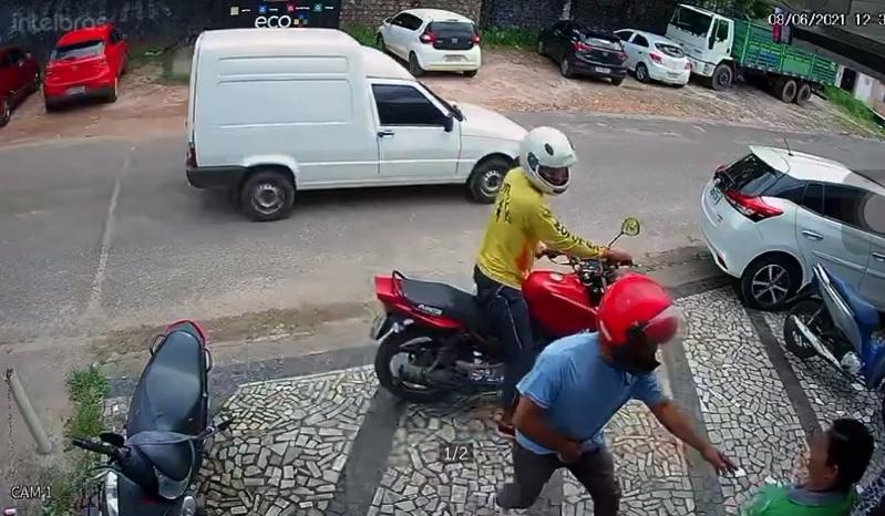 Criminosos chegam de moto e abordam mulher na calçada