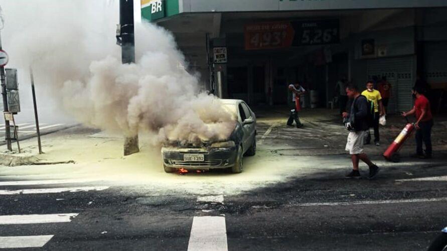 Imagem ilustrativa da notícia: Carro pega fogo em posto de combustíveis em Belém