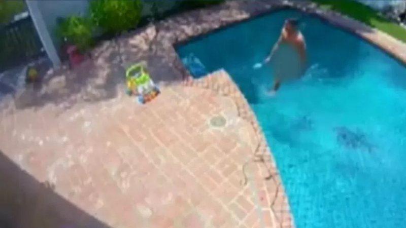 Câmeras flagraram invasor nadando pelado.