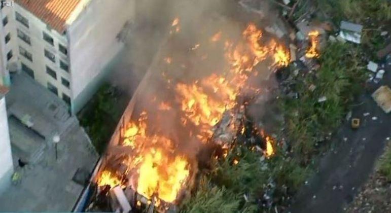 Foram necessárias treze equipes do Corpo de Bombeiros para tentar conter as chamas.