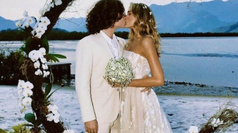 Sasha e João se beijam após o sim