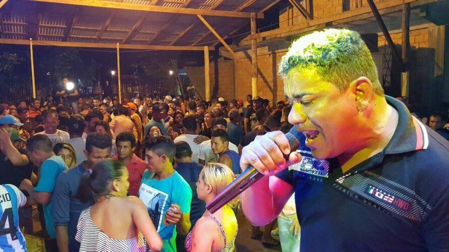 João do Arrocha em um show, antes da pandemia.