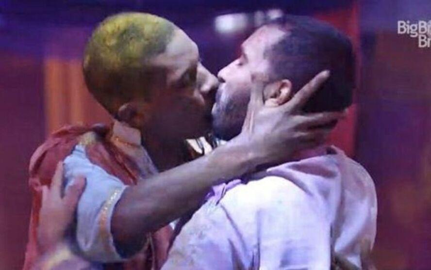Lucas Penteado e Gilberto se beijam durante festa do BBB