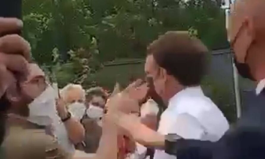 Emmanuel Macron estava em evento oficial e tirou alguns segundo para falar com supostos apoiadores, quando aconteceu a agressão.