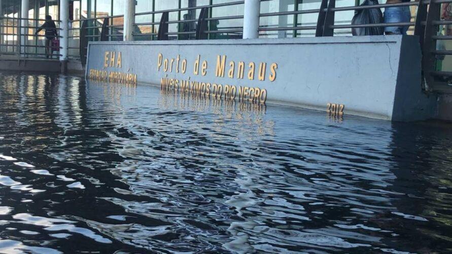 Imagem do Porto de Manaus inundado pela cheia do rio.