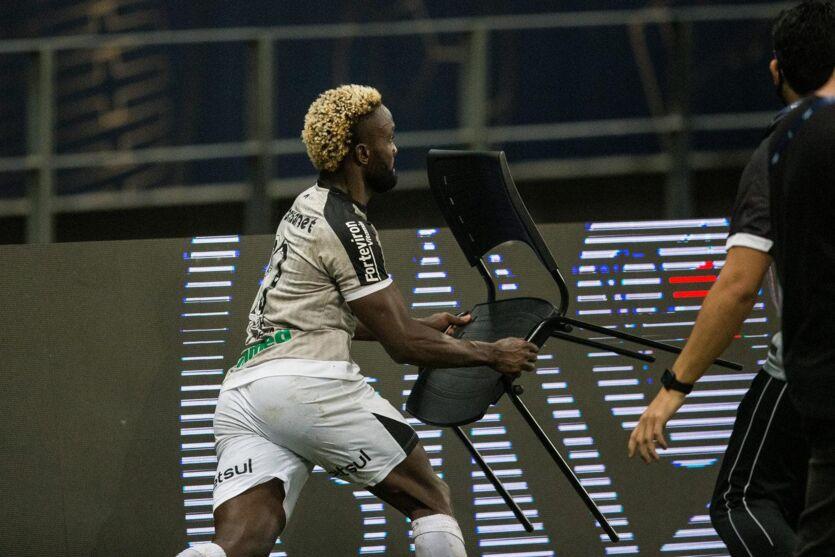 Mendoza era um dos mais nervosos e tentou acertar jogadores do Bahia com uma cadeira.