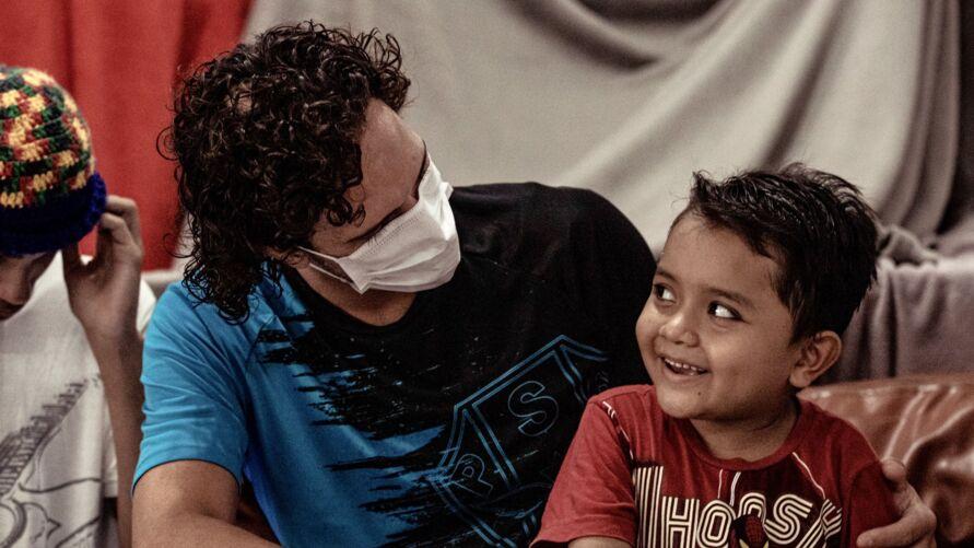 Em visita à casa do menino Jesus, atacante Nicolas recebeu carinho das crianças