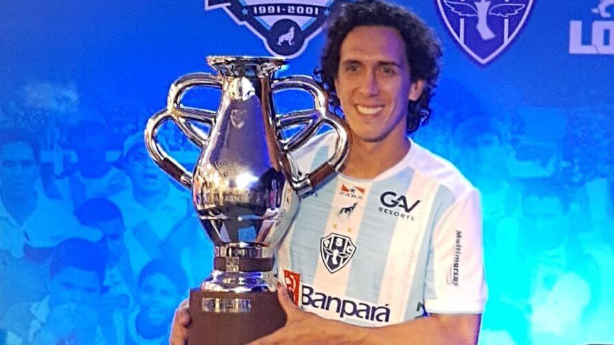 Bicampeão paraense, Nicolas apresenta a nova camisa do Paysandu.