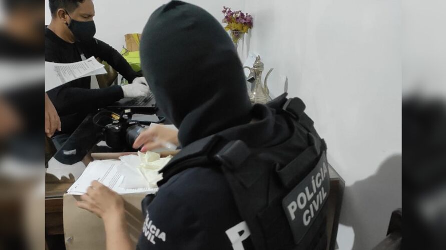Polícia Civil cumpriu mandados de busca e apreensão e prendeu uma pessoa em flagrante durante Operação Luz na Infância 8.