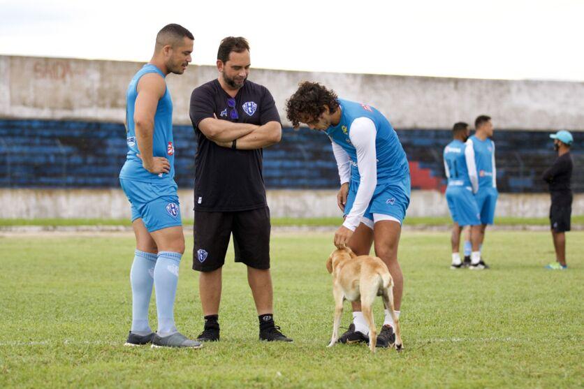 Cachorrinho entra no gramado do Diogão e recebe o carinho dos jogadores do Paysandu