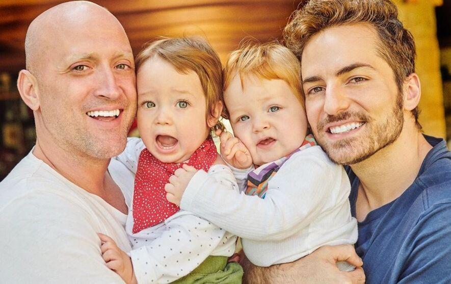 Paulo Gustavo (à esquerda) ao lado do marido, Thales, e dos filhos