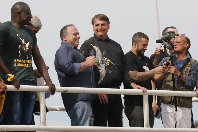 Pazuello se mostrou bem humorado ao lado do presidente. Ele não fez uso de máscara, mesmo afirmando que tinha usado.