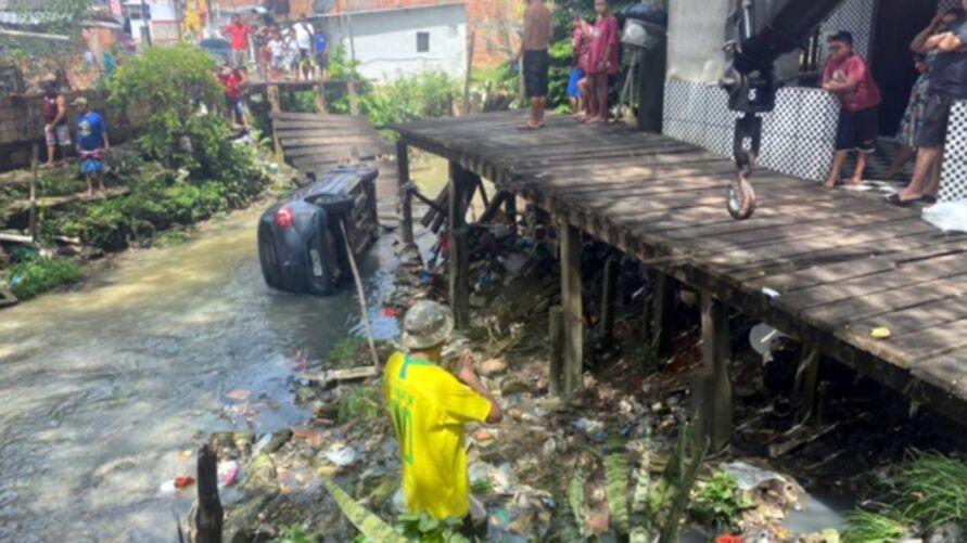 Imagem ilustrativa da notícia: Motorista tenta atravessar ponte de madeira e cai em canal