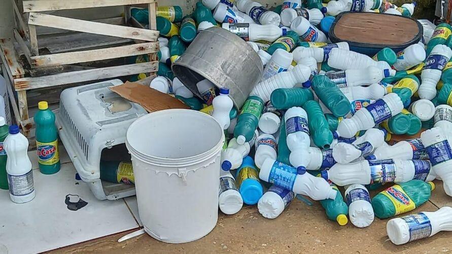 O suspeito fabricava e vendia água sanitária falsificada para empresas do município de Castanhal