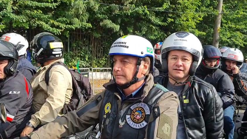 Imagem ilustrativa da notícia: Sem máscara, Bolsonaro faz aglomeração para passeio de moto