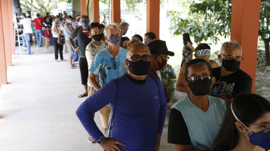 Desde cedo, milhares de pessoas aguardavam nas filas para receberem a vacina contra a Covid-19 em Belém.