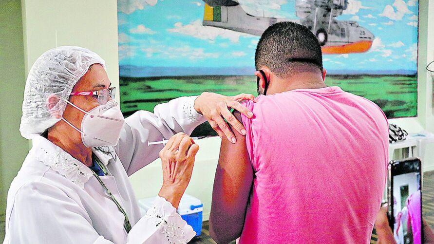 Vacinação conbtra covid-19 iniciará em profissionais da educação, neste sábado (29).