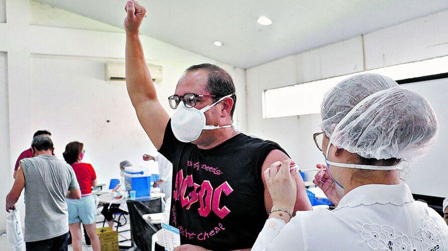 Um momento de comemoração pela vacina recebida ontem na capital.